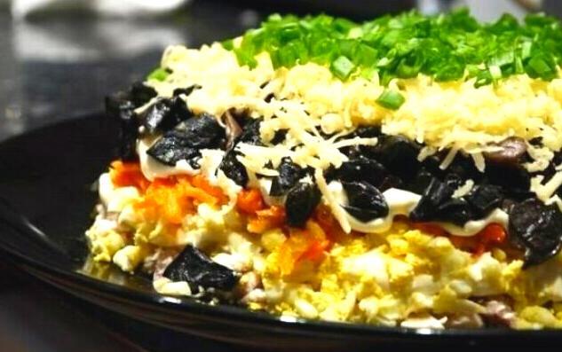 Sloenyj salat iz gribov i kuricy recept